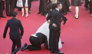 Unbemerkt von der Schauspielerin ist einMann unter das Kleid von America Ferrera gekrochen. (Foto)