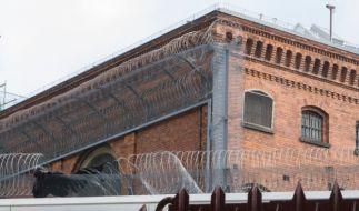 In der JVA Berlin-Moabit sind die Gefängnismauern offenbar nicht hoch genug. Zwei Männer entkamen. (Foto)