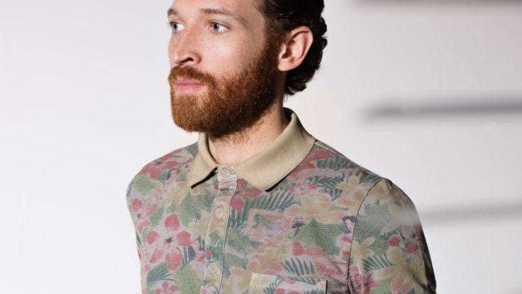 Der Mann kombiniert Blumenmuster mit Unifarbe (Foto)