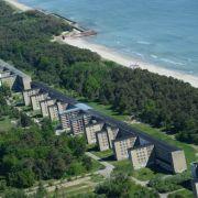 Auf Rügen steht wohl eines der größten Relikte der NS-Zeit. Im Seebad Prora sollte auf einer Länge von fünf Kilometern eine Erholungsanlage für 20.000 Gäste entstehen.