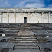 Die Zeppelintribüne in Nürnberg war Bestandteil des ehemaligen Reichsparteitagsgeländes. Hier hat Adolf Hitler zu den Massen gesprochen. Heute bietet das Gelände hervorragende Bedingungen für Skater.