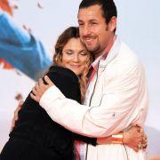 Hier stimmt die Chemie sowohl am Set als auch abseits davon: Drew Barrymore in den Armen von Adam Sandler.
