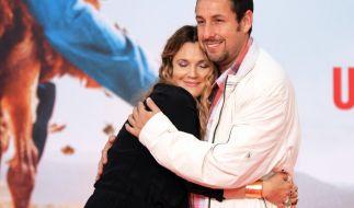 Hier stimmt die Chemie sowohl am Set als auch abseits davon: Drew Barrymore in den Armen von Adam Sandler. (Foto)