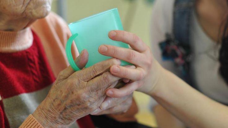 Gesundheitsminister: Pflegereform stellt keinen schlechter (Foto)