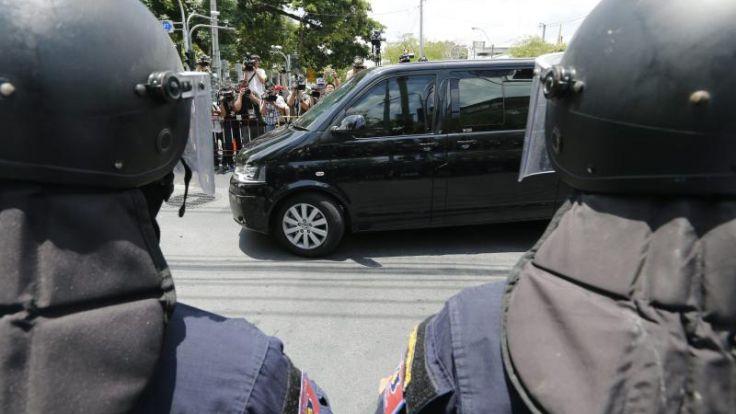 Ex-Regierungschef undYingluck stellen sich Militär in Bangkok (Foto)