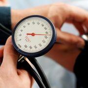 Weißkittel-Effekt: Blutdruck kann in der Arztpraxis höher sein (Foto)