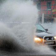 Vom Regen in die Traufe:In tiefen Pfützen droht Motorschaden (Foto)