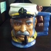 Hässlich, aber zumindest noch nützlich: Eine Tasse im Kapitän-Design.