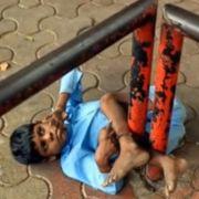 Oma kettet behinderten Enkel an Bushaltestelle an (Foto)