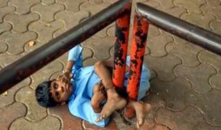 Jeden Tag wird der kleine Lakhan von seiner Gromutter hier festgebunden. (Foto)