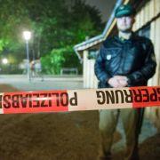 Die Polizei hat den Tatort, einen leeren Biergarten in Garching, abgesperrt.