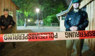 Die Polizei hat den Tatort, einen leeren Biergarten in Garching, abgesperrt. (Foto)