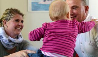 Geprüft und für gut befunden - Pflegeeltern auf dem Weg zum Kind (Foto)