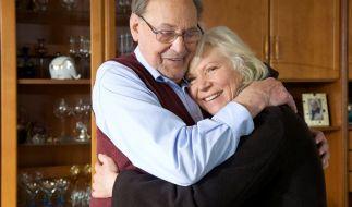 Licht am Horizont: Für Luisa Böhnisch (Angelika Bender) ist eine Spenderniere gefunden worden. Ihr Mann Gerhard (Herbert Köfer) freut sich mit ihr. (Foto)