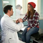 Pech am ersten Arbeitstag: Die neue Schwester Julia Weiß (Sarah Tkotsch) hat sich die Hand verstaucht, will jedoch keine Krankschreibung akzeptieren.