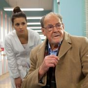 Gerhard Böhnisch (Herbert Köfer) macht sich große Sorgen um seine Frau Luisa. Kann Schwester Julia (Sarah Tkotsch) den Rentner beruhigen?