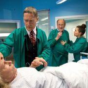 Sorge in der Sachsenklinik: Nach der Nierentransplantation kämpft das Team um Dr. Kaminski (Udo Schenk) um Patientin Luisa.