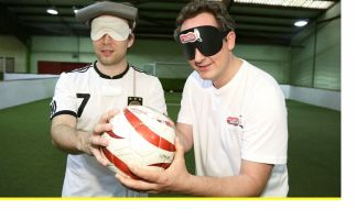 Eckart von Hirschhausen spielt Fußball ohne zu sehen. (Foto)
