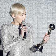 Hochgeschlossen: Miley Cyrus kassiert World Music Award (Foto)