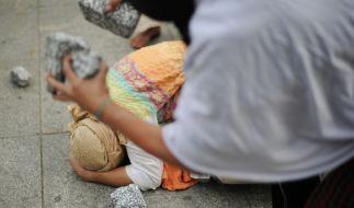 Von ihrem eigenen Vater zu Tode gesteinigt. (Symbolbild) (Foto)