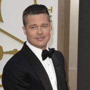 Mann greift Brad Pitt auf rotem Teppich an (Foto)