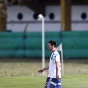 Schwere Last für den «Floh»: Mitspieler schützen Messi (Foto)