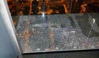 Auf dem Willis Tower in Chicago ereignet sich für vier Männer wohl der absolute Horror. In einem gläsernen Balkon hörten sie plötzlich ein reißendes Geräusch und unter ihren Füßen bildeten sich Risse. (Foto)