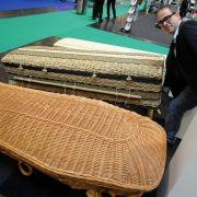 Trends bei Bestattungen: Öko-Urnen und sparsame Leichenwagen (Foto)