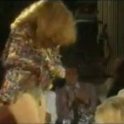 Abtreibungsgegnerin rastete in einer NDR-Talkshow mit Angela Merkel völlig aus, legte einen Striptease hin und warf mit Gläsern um sich.