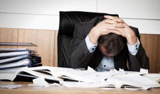 Viele Arbeitnehmer sind sich unsicher, welche Klauseln in ihrem Arbeitsvertrag tatsächlich rechtens sind. (Foto)