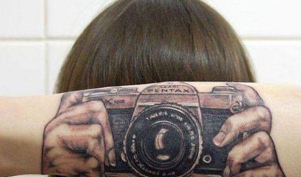Diese Dame muss sich zumindest keine Sorgen mehr machen, dass sie ihre Kamera vergessen hat. (Foto)