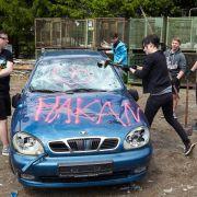 Mal richtig Frust ablassen - beim Auto-Zertrümmern (Foto)