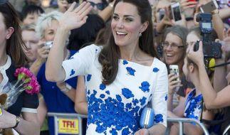 Bei den Fans sind die Outfits von Herzogin Kate überaus beliebt. Doch der Queen sind sie nicht züchtig genug. (Foto)
