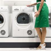 Für ein bisschen Schwung im Liebesspiel sorgt die Waschmaschine. Einfach darauf Platz nehmen und sich vom Partner verwöhnen lassen. So ist ein heißer Ritt garantiert.