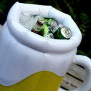 Aufblasbarer Bierkrug für den kühlen Biergenuss (Foto)
