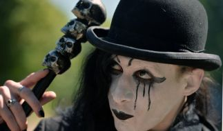 Die Schwarze Szene hat Leipzig während des Pfingstwochenendes beim 23. Wave-Gotik-Treffen fest in der Hand. (Foto)