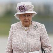Queen Elizabeth II. liebt Pudertöne bei öffentlichen Auftritten und entschied sich hier für ein elegantes Strickmodell in zartem Flieder.