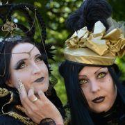 Ein Traum in Gold und Schwarz sind Sabrina und Ina aus Oldenburg beim Wave-Gotik-Treffen in Leipzig 2014.