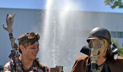 Tim und Nino aus Baden-Württemberg lassen es sich vor einem Brunnen in Markkleeberg (Sachsen) beim 23. WGT in Leipzig vor einem Springbrunnen gut gehen.