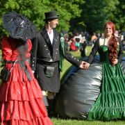 Das 23. Wave-Gotik-Treffen in Leipzig startete 2014 traditionell mit dem Viktorianischen Picknick im Clara-Zetkin-Park.
