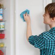 Keime ade: Den Kühlschrank regelmäßig reinigen (Foto)
