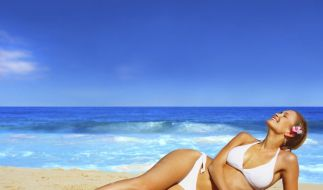 Für das perfekte Strandfeeling ist ein modischer Bikini oder Badeanzug Pflicht. (Foto)