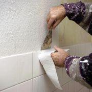 Längs gestreifte Tapeten lassen niedrigen Raum höher wirken (Foto)