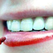 Beim Schminken der Lippen lächeln (Foto)