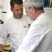 Kochprofi Mike Süsser gibt Küchenboss Bernhard Nachhilfe.