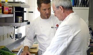Kochprofi Mike Süsser gibt Küchenboss Bernhard Nachhilfe. (Foto)