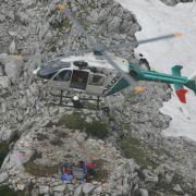 Rettungsteam mit verletztem Höhlenforscher vor steilem Aufstieg (Foto)