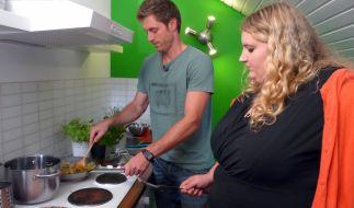 Felix Klemme zeigt Nina wie man gesund kocht. (Foto)
