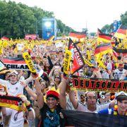 Kollektives Fußballfieber auf den Fanmeilen (Foto)