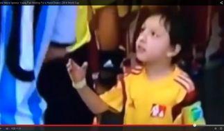 Dieser kleine Junge will dem großen Lionel Messi die Hand schütteln - und wird enttäuscht. (Foto)